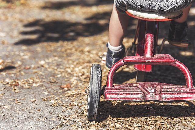 niño triciclo rojo gamificacion